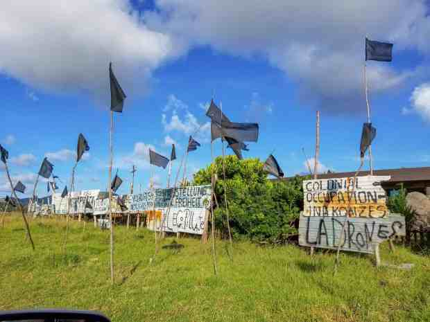 Protest signs against the Rapa Nui hotel